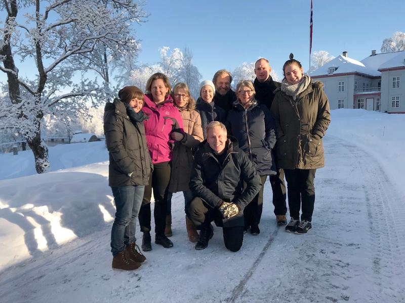 Bilde av ansatte Eidsvoll 1814. Vinter Eidsvollsbygningen i bakgrunn