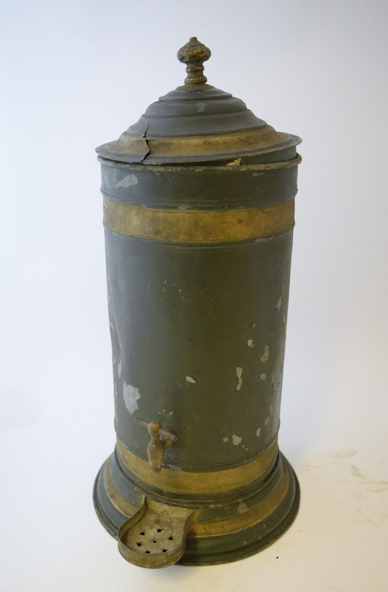 Sylinderformet, med kran i front, plate under kranen. Lokk på toppen. Hvit farge inni lokket.