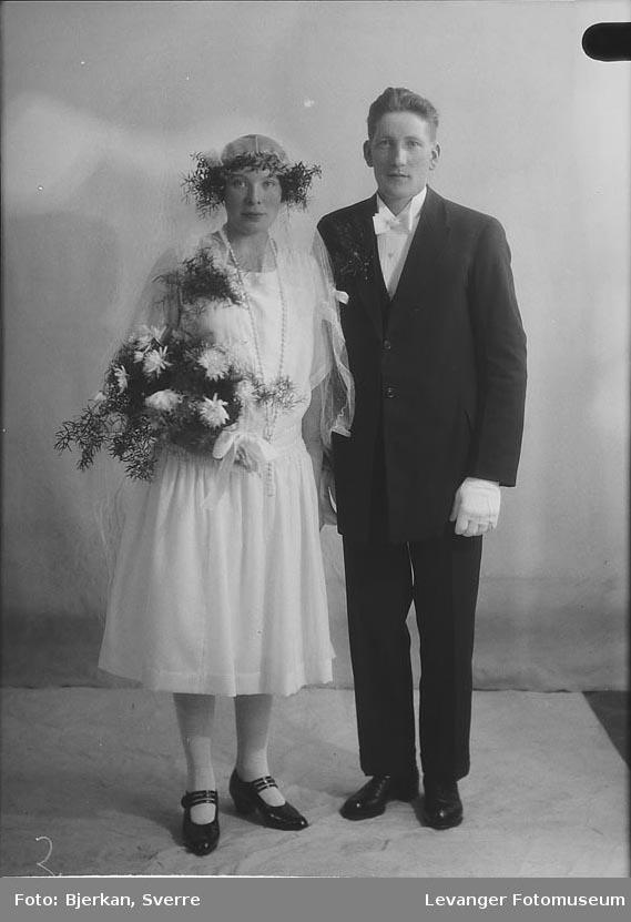 Portrett av et brudepar. Mannen heter Viktor Gran