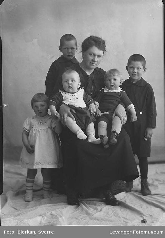 Gruppebilde, trolig mor til 5 barn. Etternavnet er Larsen fornavn ukjent