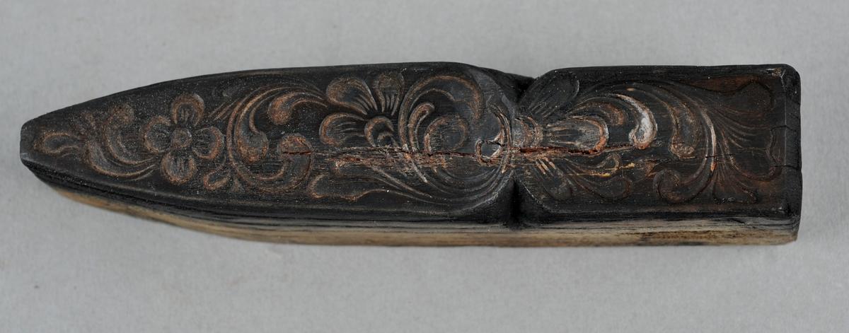 Trykkblokk for sliretrykk på front av slire. Utskoren rose og blomstermønster inne i trykkblokken.
