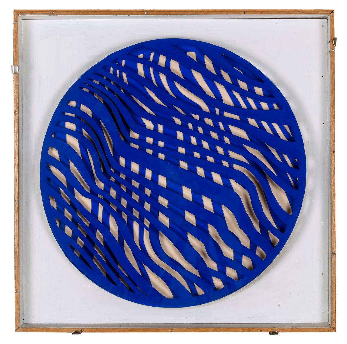 """""""Blå rotorelief"""" av Per Olof Ultvedt. I en fyrkantig glasförsedd låda två runda pappskivor i blått med utstansat zig-zagformat mönster. Baktill en motor som roterar den främre av de två pappskivorna. Ursprungligen var lådan inte försedd med glas, utan detta har tillkommit senare, oklart när. Troligen för att skydda den från att vidröras och förstöras. Fr o m nyhängningen som öppnar den 21 oktober 2017 kommer den att visas utan glas, och hängas högt så att den inte kan vidröras av publiken."""