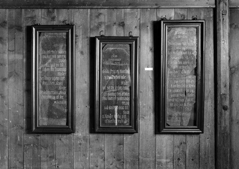 Tidlig presentasjon av minnetavlene; innrammet i trerammer og hengt på veggen.
