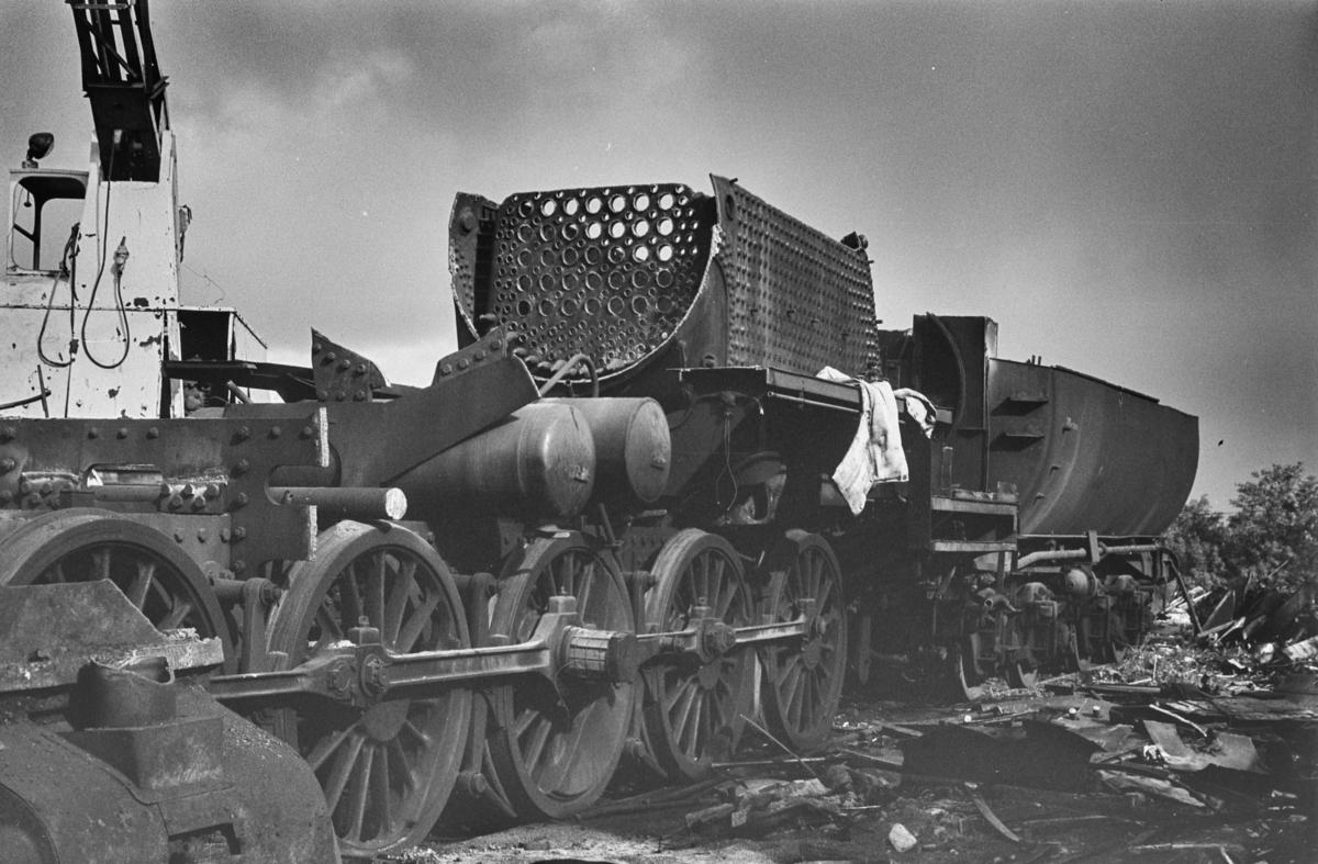 Utrangert damplokomotiv type 63a nr. 2570 under opphugging på Stavne ved Trondheim.