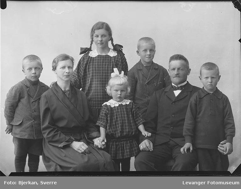 Gruppebilde av Familien Sandstad navn ukjent