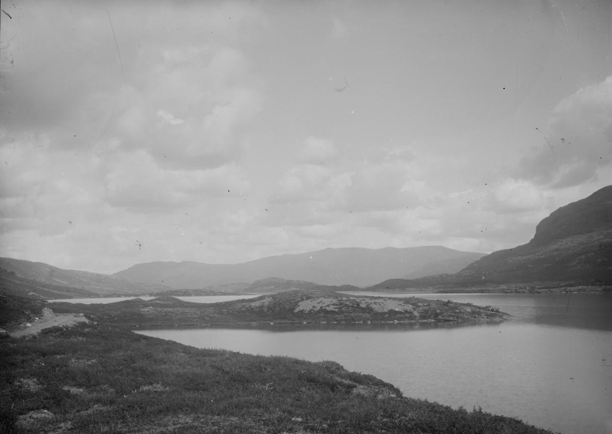 Vågå, antatt Sjodalen, veg ved vann og fjell