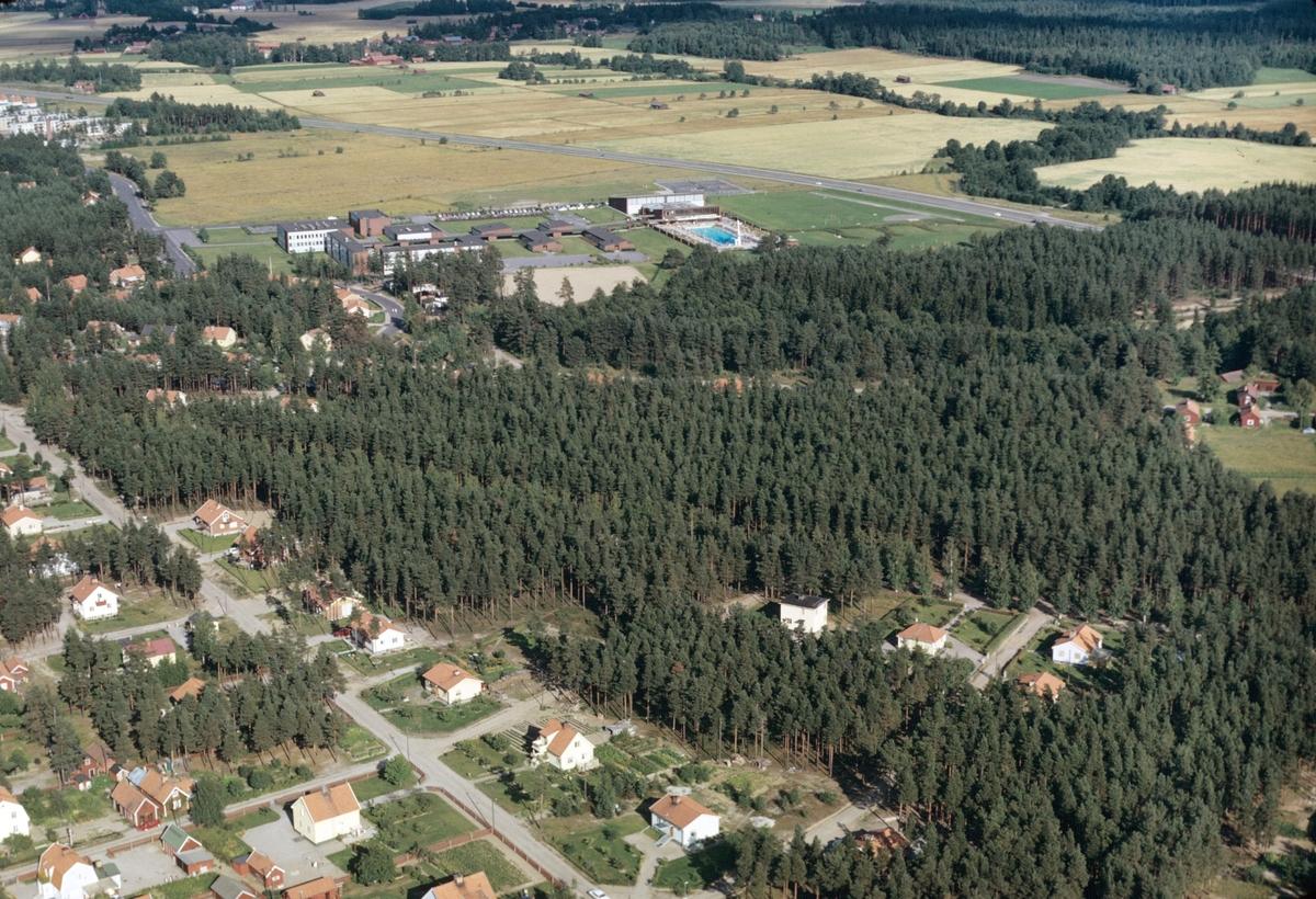 Vy över sportcentrum, Sofiedalskolan och småhus i Valbo