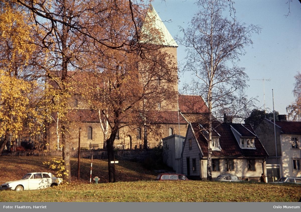Gamle Aker kirke, trehusbebyggelse, biler, mann
