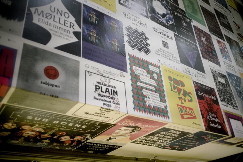 Trappen ned til kjelleren i Sub er tapetsert med konsertplakater fra Sub Scene. Foto: Rockheim/Marthe Amanda Vannebo.