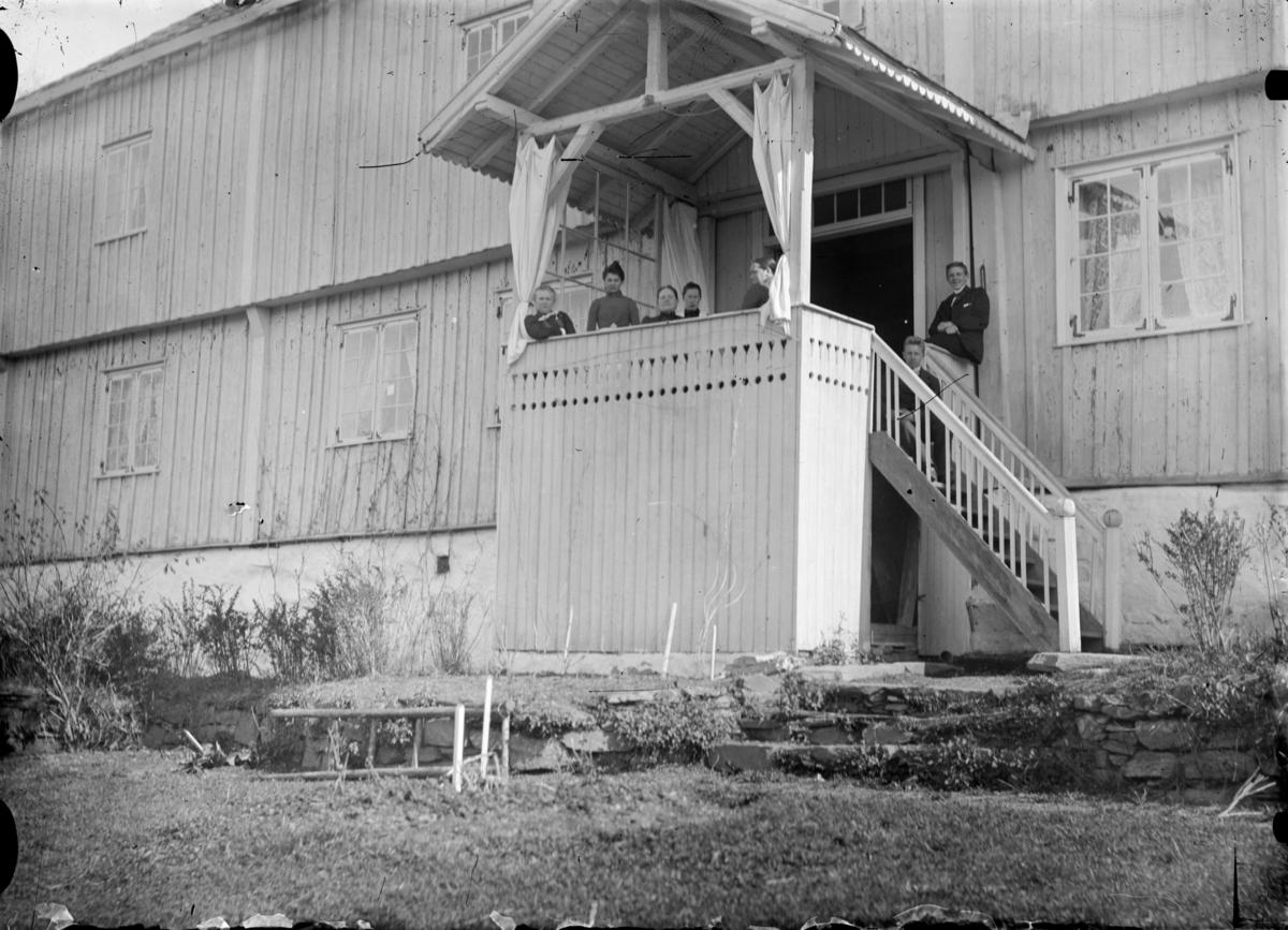 Folk på verandaen på vestsiden av våningshuset på Øyer prestegård