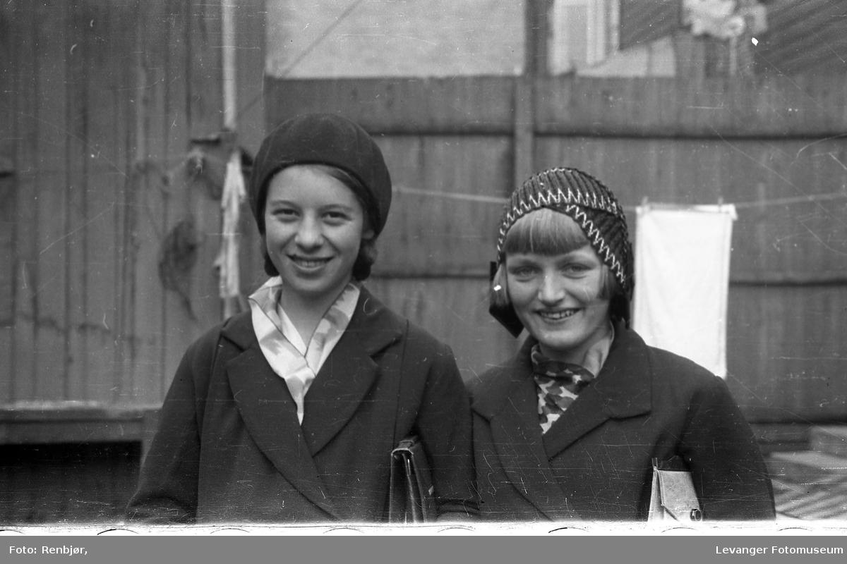 To jenter i Renbjørs bakgård.