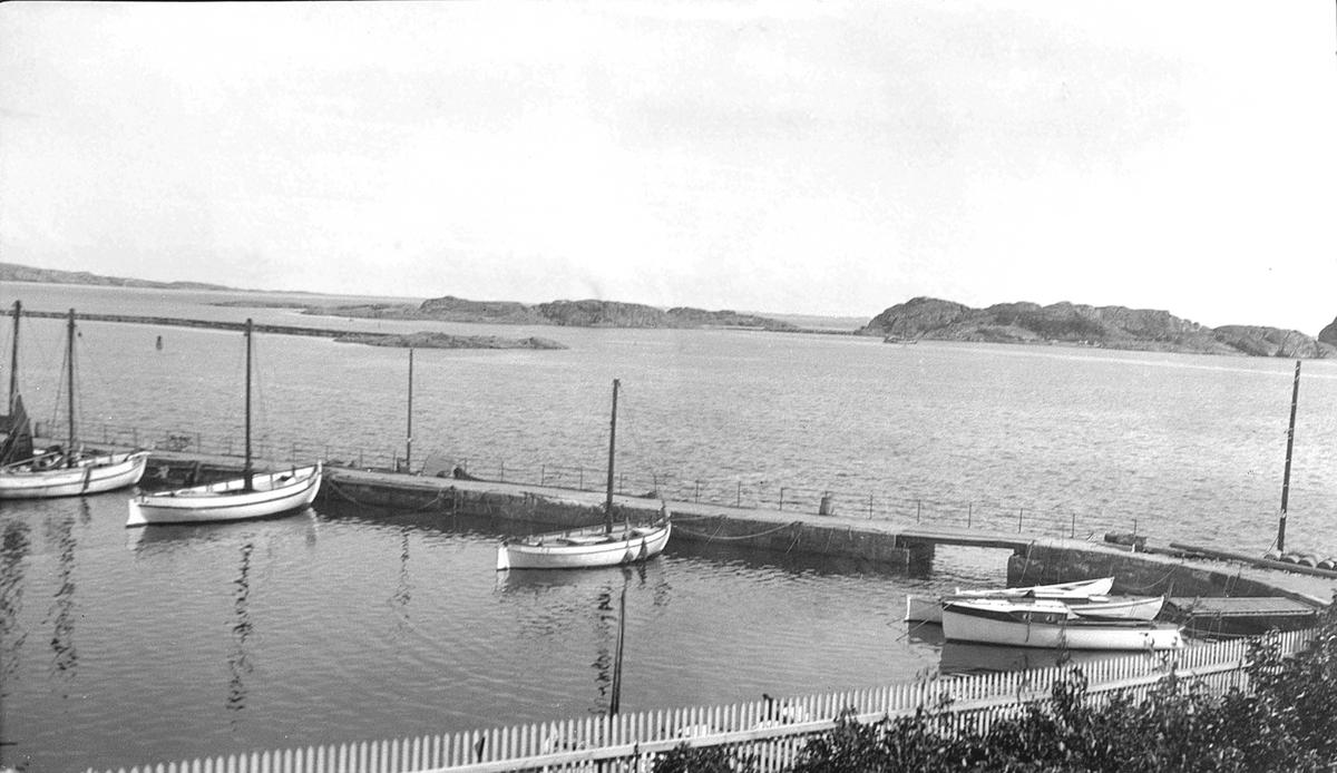 Utsikt fra hagen til sanitetshuset mot Stavern havn med bryggen der fiskebåtene lå fortøyd. I bakgrunnen ligger Stavernsøya.