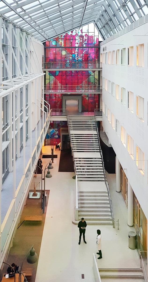 """""""Symfonia"""" av Odd Tandberg i glassgatens sørende setter en monumental fargesprakende karakter til hele det sentrale området i glassgaten. Utsmykkningen er en form for moderne glassmaleri og er laget i en silketrykksteknikk med fotografisk forstørrende bildemotiver. Slik oppstår en rastereffekt som siler lyset og graderer fargene. Verkets strukturalistiske komposisjon spiller opp mot arkitekturens stil, samtidig som en kaskade av sirkelformer skaper liv og bevegelse i motivet. Bildet lever med døgnets skiftende lysforhold, fra å kaste fargerefleksjoner innover i glassgaten til å trekke seg tilbake i sin egen flate."""