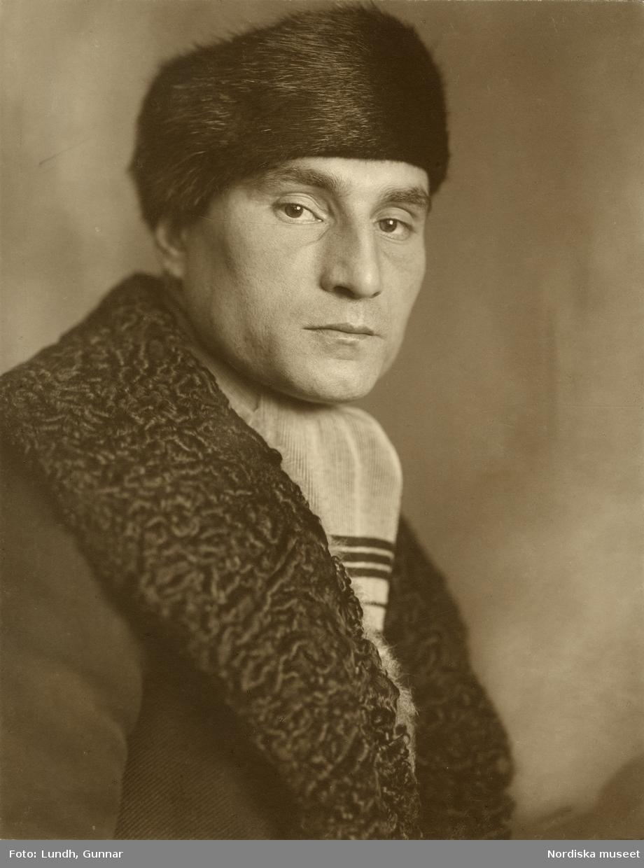 Porträtt av okänd herre i rock och pälsmössa. Varuhuset Wertheims porträttateljé, Berlin.