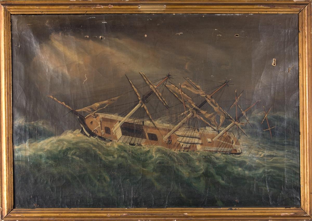 Skipsportrett av fregatt i storm hvor alle tre master er knekket.  Øverst i de to fremste mastene sees mannskap med øks samt flere som arbeider på dekk med å berge skip og utstyr.