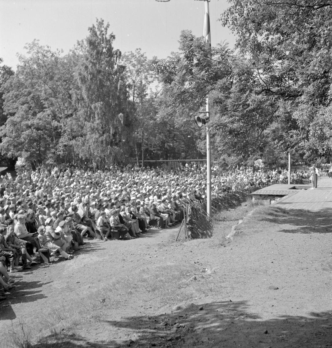 Furuvik  Furuviksparken invigdes pingstdagen 1936. Folkdanslaget Furuviks Ungdomslag och Barnkabarén blev Furuviksbarnen.  Det är fullsatt under föreställningen