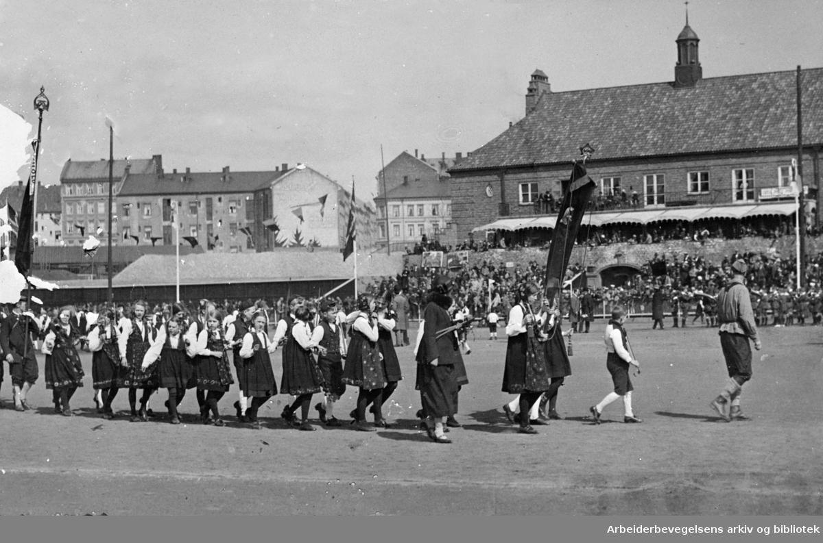 1. mai 1924, fra barnestevnet på Bislett stadion med en oppvisning av leikarringer fra barnelagene.