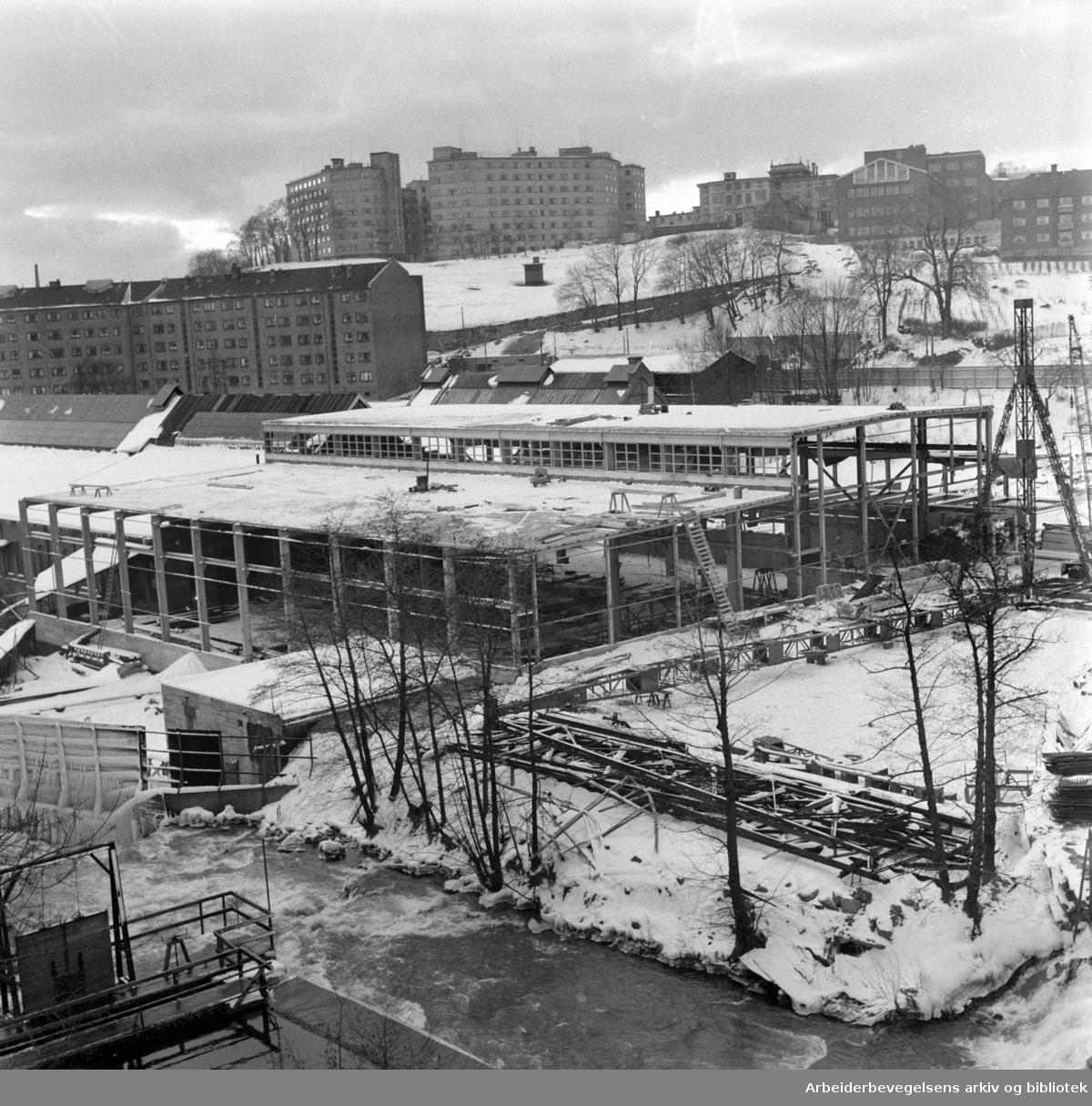 """""""Vulkan"""". Nybygget bygges i flukt med den gamle verkstedhallen. Desember 1959"""