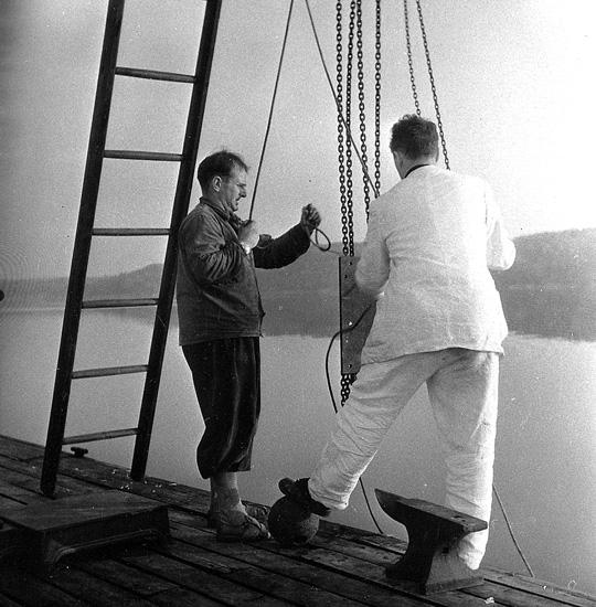 """Enligt uppgift: """"Fotografi från övre bryggan vid slutet av 1940-talet. Från vänster Oscar Åkermo och Fritz Koczy (forskare)""""."""