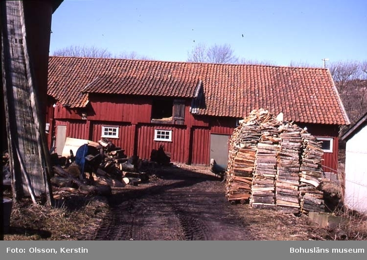 "Text på kortet: ""Näverkärr ladugård Bro sn. April 1987""."