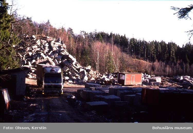 """Text på kortet: """"Stenbrott Skottfjället vid Mörkemyr. Bro sn. Nov -86""""."""