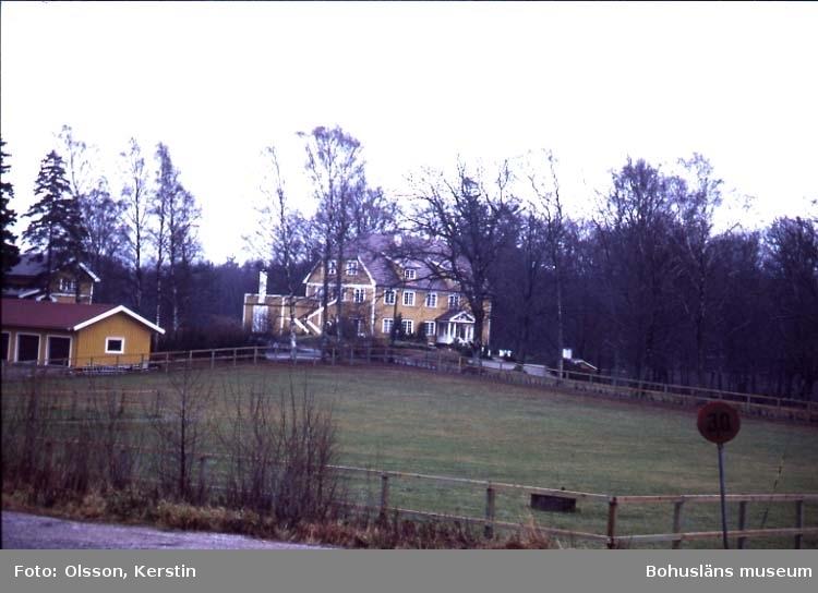 """Text på kortet: """"Alsbäck pensionatsbyggnad Lyse sn Nov. -86""""."""