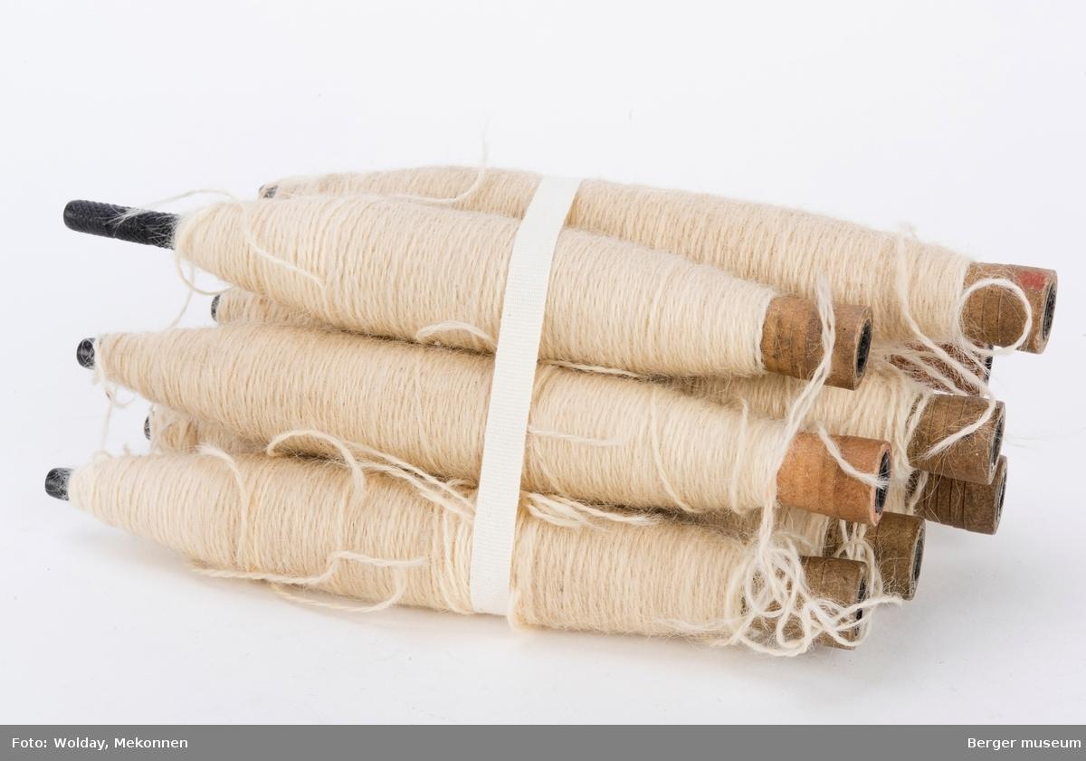 Lange, smale garnspoler med en hard mørk og hul kjerne, dekket av et papplag.