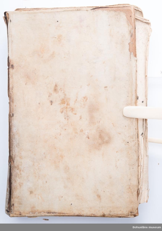 Medicinsk handbok. Saknar titel, författare, tryckår och tryckort. Frakturstil. 390 sidor samt Företal, Recepter och Register. Mycket sliten och medfaren. Pärmarna delvis spruckna och inlagan loss från ryggen. Troligen fuktskadad. Sidor, bl.a. försättsbladet, saknas. Innehåller recept (ingredienserna angivna med latinska namn), allmän hälsolära samt behandlingar vid olika sjukdomar och åkommor.  En handskriven behandling mot lungsjukdom ligger lös i boken.   Ur handskrivna katalogen 1957-1958: Läkarebok m. recept Några blad borta bl. a. försättsbladet  Lappkatalog:
