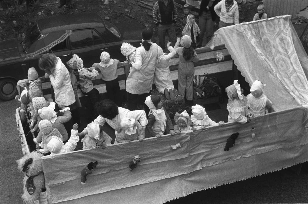 """Utkledde unger fra Kaarbøjordet barnehage bakpå en lastebil på """"Barnas Dag""""."""