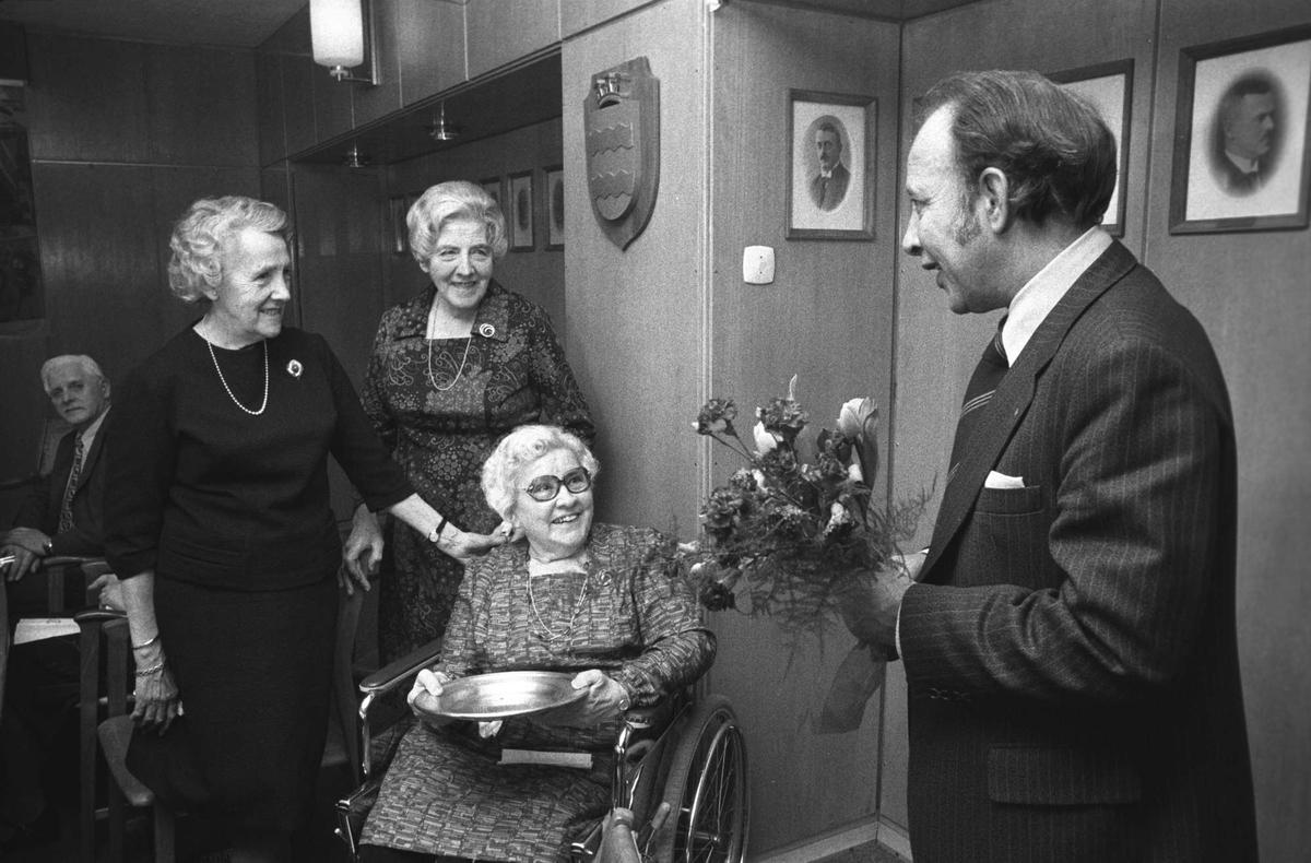 Mathilde Bjørstad overrekkes gave fra kommunen.