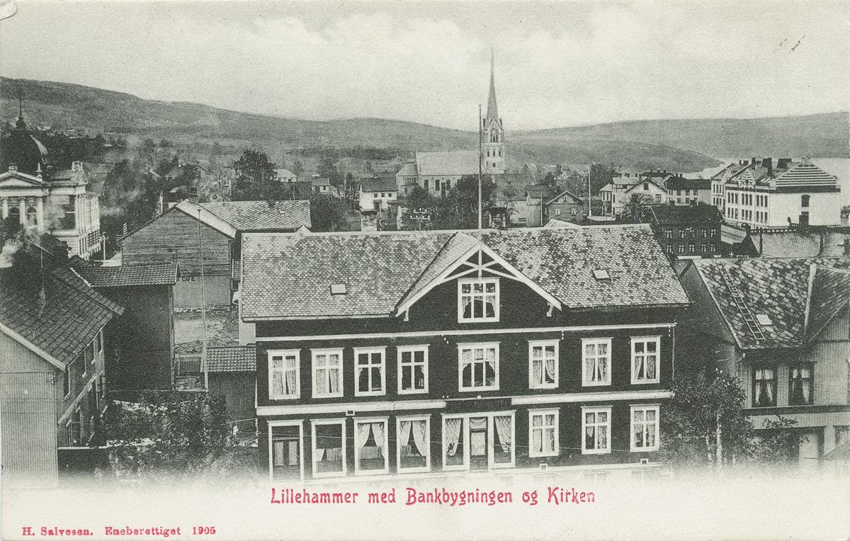 Repro: Breiseth Hotell midt på bildet, Gamle Banken t.h., kirken, folkeskolen t.v., postkort, fram og bakside