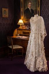 Fotografering av Laura Hanssen sine kjoler i Chateauet. .R.1