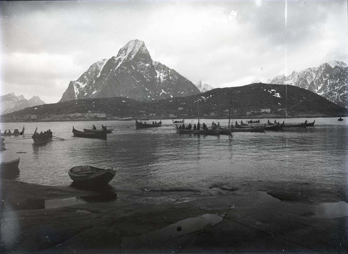 Nordlandsbåter ved fiskevær