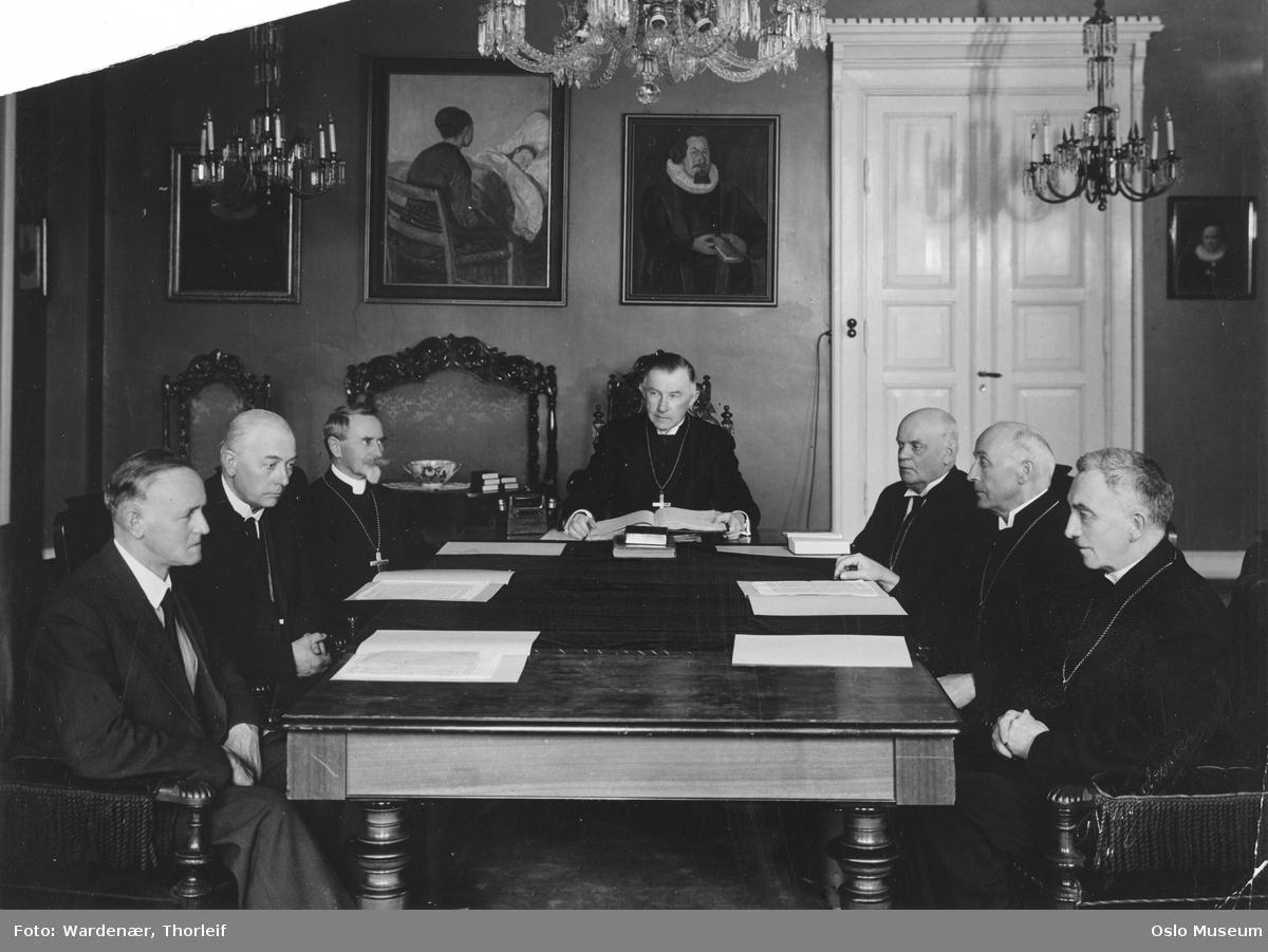 møtelokale, menn, biskoper, illegalt bispemøte