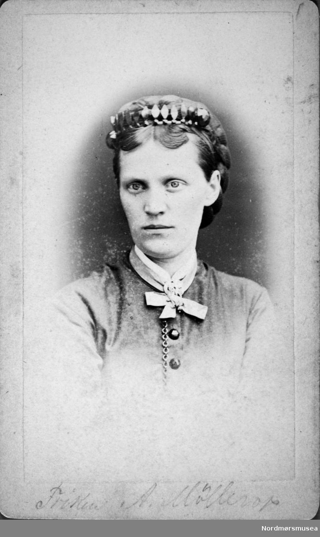 """Frøken A. Møllerop."" Arkivskapere er Jeanette Møllerop (f. 1885) og byfogd August Benjamin Bjørn (f. 1853). Det er Ellen Sirnæs som har i 2018 donert fotografiene. Fra Nordmøre museums fotosamlinger."