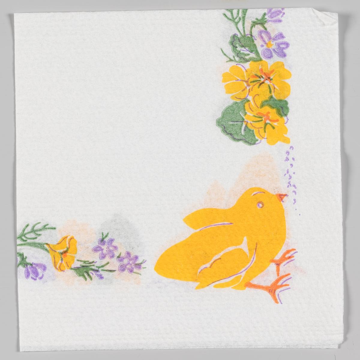 En kylling som leter etter korn og gule og lilla blomster.