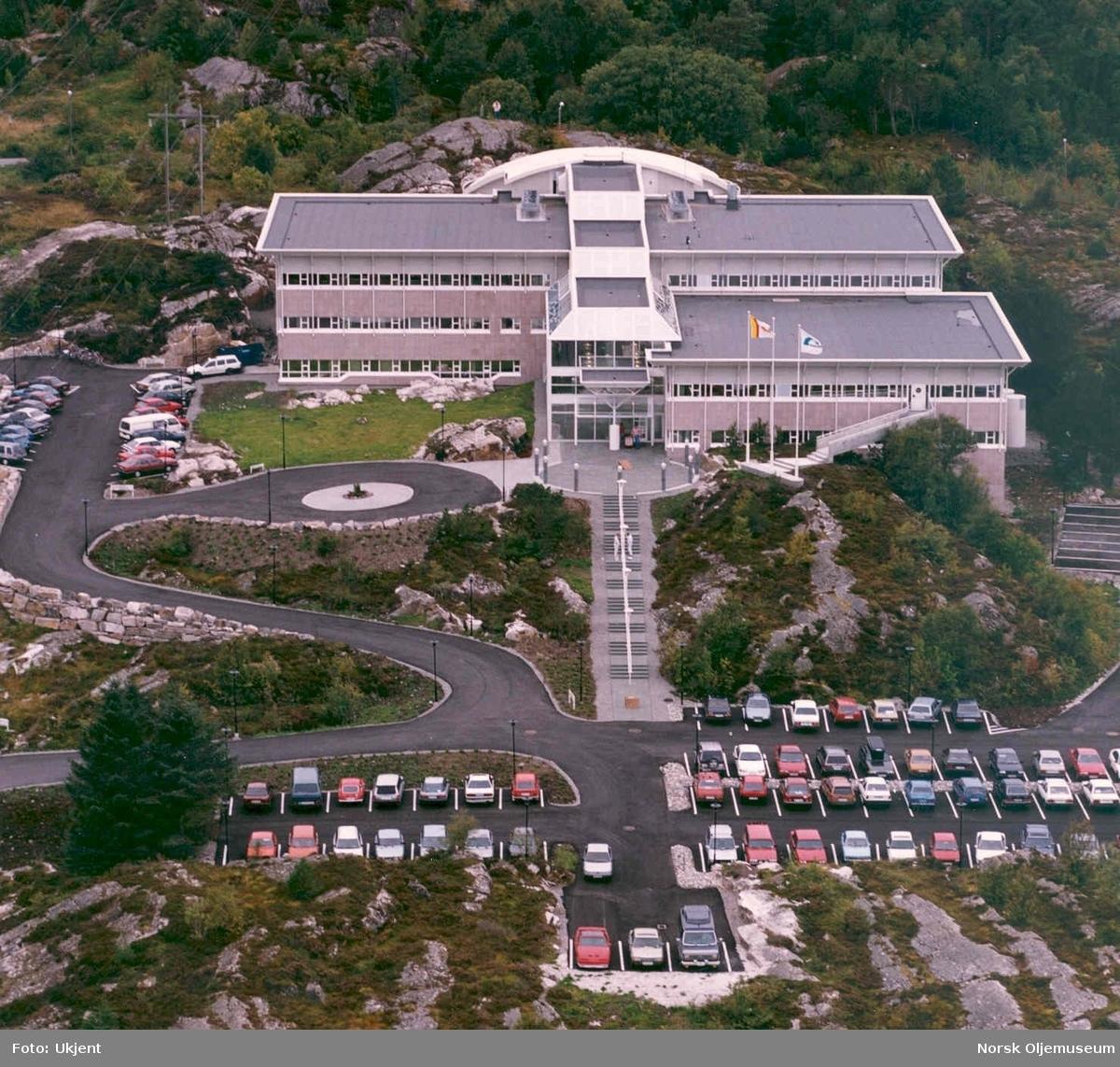 A/S Norske Shell sitt kontorbygg på Råket i Kristiansund fotografert fra luften.