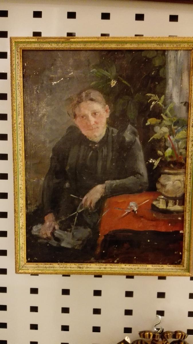 Halvportrett - sittjande kvinne ved (23)