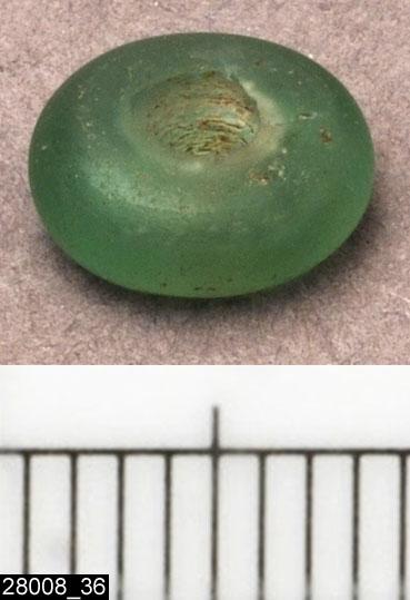 Anmärkningar: Badelunda sn, Tuna undersökt 1952-1953 Pärla, från båtgrav daterad till yngre järnålder, 850 e.Kr. (Vikingatid)  Pärla av glas, från grav 75 (fyndnr 89), 1 st, ringformig, liten grön. Diam ca 8 mm  Pärlorna från grav 75 har omregistrerats av Access-projektet 2007 och då registrerats på enskilda poster under sitt ursprungliga (från rapporten) fyndnummer. De små vita, blå, gröna och bruna pärlorna som fanns i grav 75 har suttit i grupper om i allmänhet 2 eller 3 stycken mellan silverhängena.  Litteratur Nylén, E. & Schönbäck, B. 1994. Tuna i Badelunda. Guld kvinnor båtar I. Västerås kulturnämnds skriftserie 27. Västerås. s 44ff. Nylén, E. & Schönbäck, B. 1994. Tuna i Badelunda. Guld kvinnor båtar II. Västerås kulturnämnds skriftserie 30. Västerås. s 112 ff, 150ff, 200.  Fotograferad teckning negnr A-7422