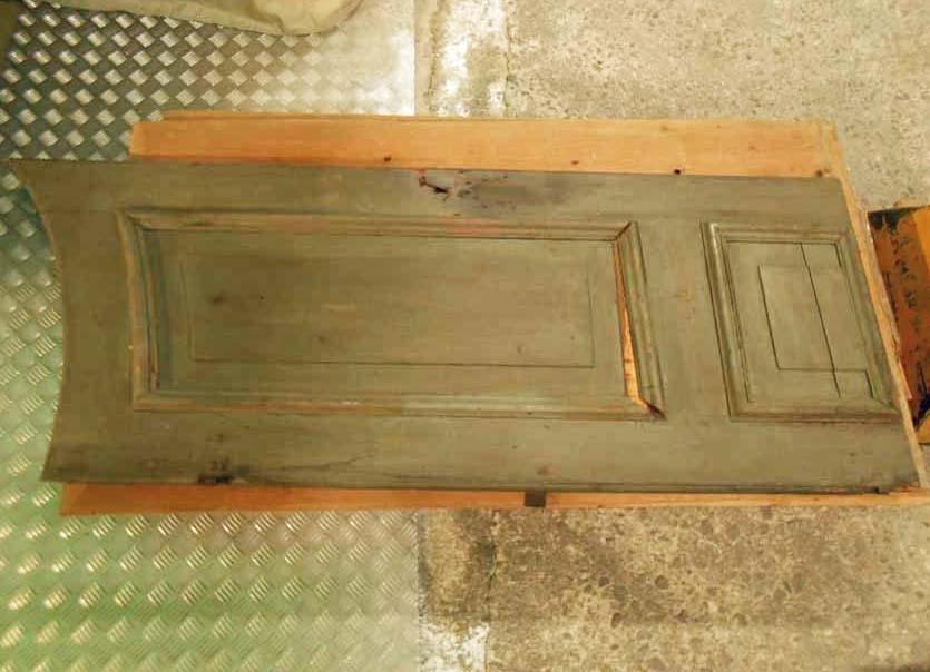 Anmärkningar: Skåp, 1700-tal.  Rundat krön, marmorerat i rött, blått, vitt, liksom kanterna och mittpelarna som delar skåpet i tre delar. Skåpdörrarna har nedsänkta speglar med profilerade kanter och fyllningar. Underdelen har tre oktogonala tvärställda speglar med profilerade kanter. Skåpet har omväxlande grön och blå bottenfärg. H:3040 Br:3010 Dj:630  Tillstånd: Söndertaget i 16 delar + nyckel sedan april 1983.  Historik: Gåva 1929 från AB svenska metallverken, Hörnsjöfors, Västerfärnebo sn.  Negativnummer X-2123.