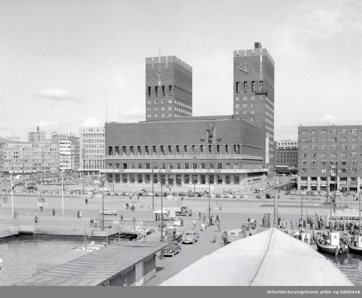 Rådhuset sett fra Akershus Festning. Mai 1956