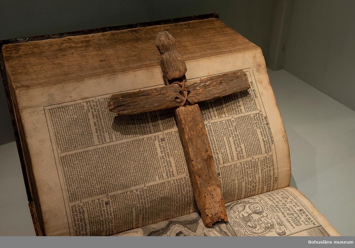 Ur handskrivna katalogen 1957-1958: L. 33, Br. 25,5 cm. Den korsande träbiten är fäst med snöre. Maskhål.