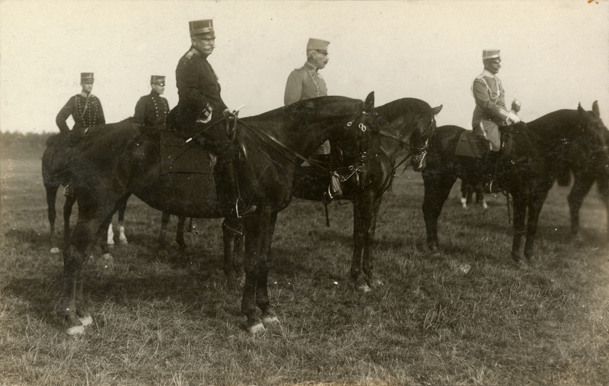 """Text i fotoalbum:  """"Kommendanten åtföljer H. Maj:t Konungens stab vid defileringen den 1. september 1914.""""  På bilden Ankarcrona, hovstallmästare, Rosenblad."""