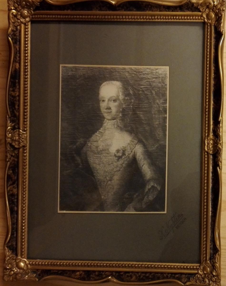 Dame i 1700-tals drakt: Anne Christine Nyegaard f.1711, d. 1743.,gjevarens stammor i 6. ledd.g 1: Biskop Marcus Muller f.1684 d.1731. g.2: Edvard Løndemann adl. Rosencrone.