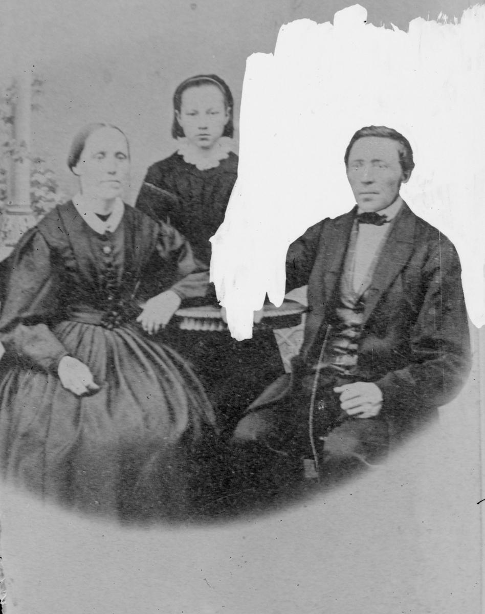 Portrett av kvinne, mann og et barn