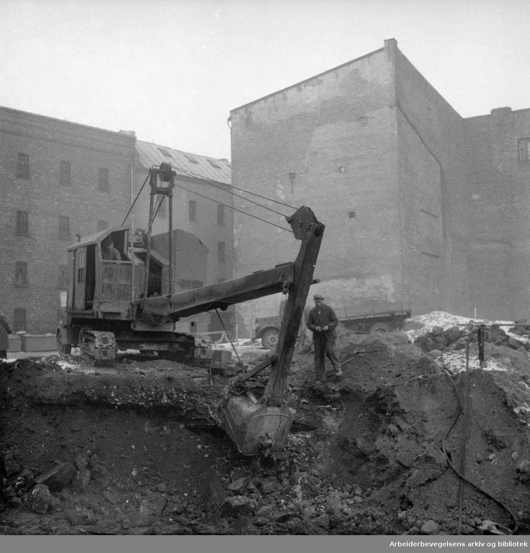 Lakkegata. Gamle hus rives. Januar 1957