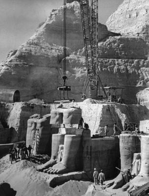 Demonteringen av statuene i Abu Simbel-tempelet.