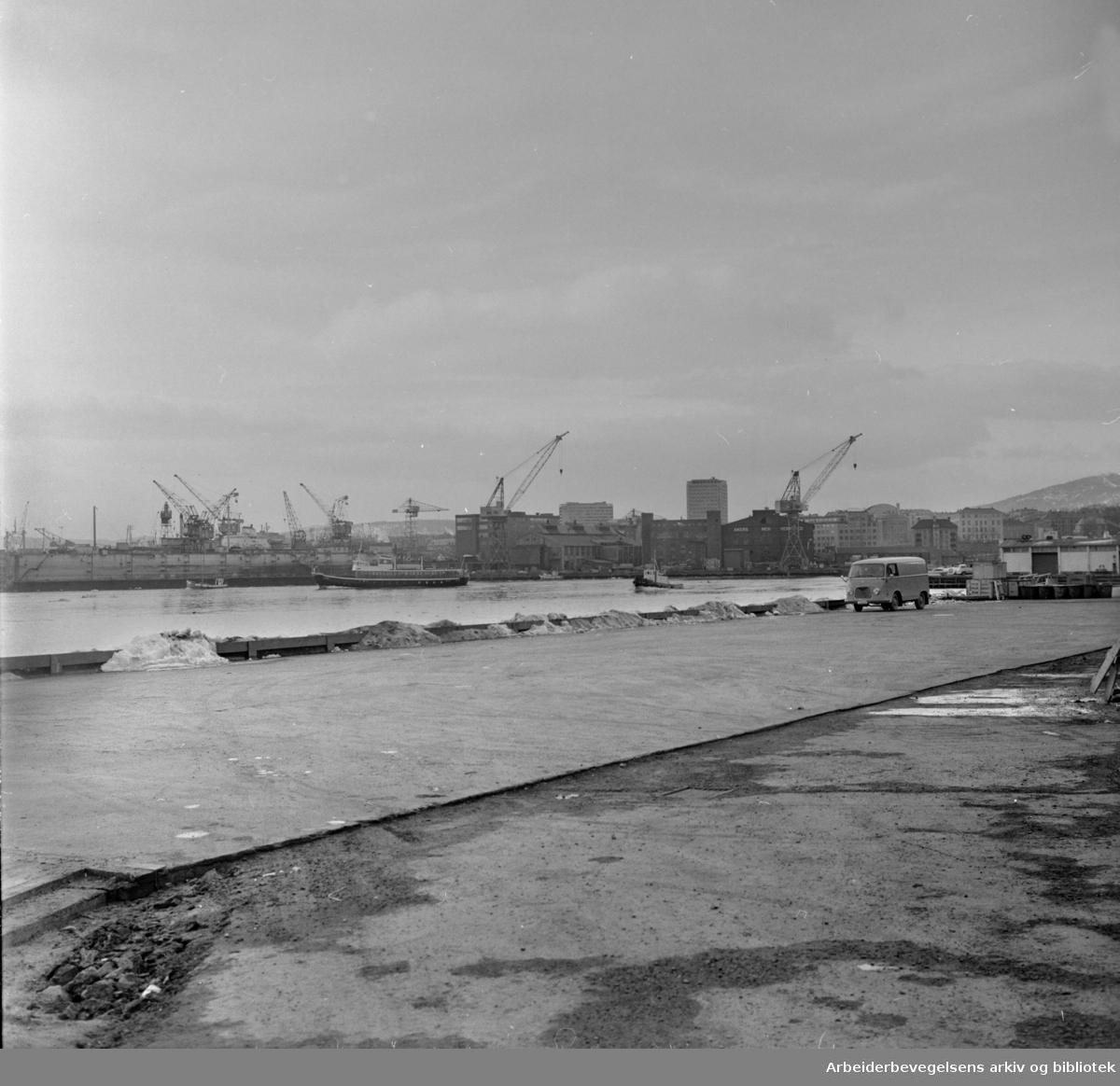 Havna. Akershuskaia. 60 meter lang og atskillig bredere enn tidligere er den nye betongkaia, Søndre Akershus, blitt.. April 1966