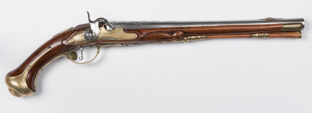 """Pistol, ombyggd från flintlåspistol till slaglåspistol, signerad """"S Åberg"""". Total längd 53 cm, pipans längd 35,5 cm, slätborrad. Beslag av mässing. Kaliber 13 mm. Försedd med påhängd mässingsbricka märkt """"17""""."""