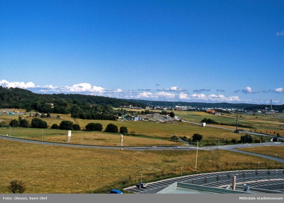 Del av Fässbergsdalen, Mölndal, i augusti 1993. Vy från Europahuset mot Eklanda och Fässberg. FD 6:12.